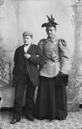 Marie utkledt som en mann, og en ukjent mann utkledt som kvinne.
