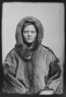 Portrett - byste - av Marie Høeg i selskinnspels med hette.